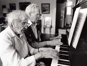 Pensionärspar spelar piano