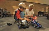 Barn med radiostyrda bilar