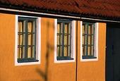 Fönster på gult hus