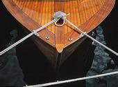 Förtöjd motorbåt i trä