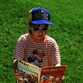 Flicka som läser serietidning