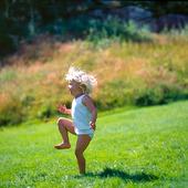 Barn på gräsmatta
