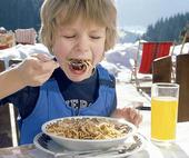 Pojke äter pasta