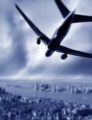 Trafikflygplan som flyger över en stad