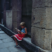 Liten flicka läser tidning