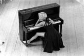 Kvinna vid piano