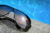 Solglasögon vid swimmingpool