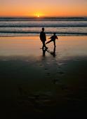 Barn på strand i skymning