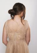 Flicka med klänning