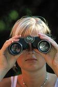 Kvinna med kikare