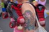 Tatuerad arm med rullskidskor