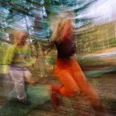 Barn som springer i skogen