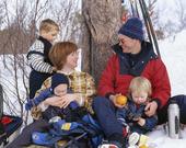 Familj på vinterutfykt