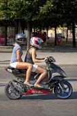 Ungdomar på moped