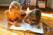 Flickor som ritar