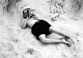 Flicka läser Kitty-bok