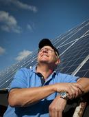Bonde med solpaneler på ladugårdstak