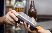 Kvinna som betalar med kreditkort