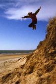 Barn hoppar på strand
