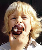 Pojke äter godis