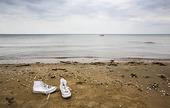 Gummiskor på strand
