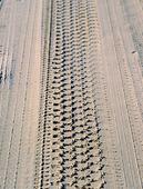 Däckspår i sand