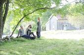 Tre kvinnor under en träddunge