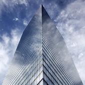 Moln runt skyskrapa i New York, USA