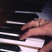 Kvinna spelar piano