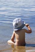 Barn på strand