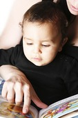 Mamma läser bok för barn