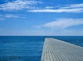 Träbrygga i havet
