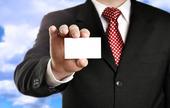Affärsman visar sitt visitkort