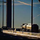 Tankbil på bro
