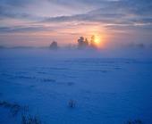 Solndgång i vinterlandskap