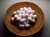 Vita ägg i korg