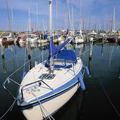 Segelbåt i småbåtshamn