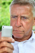 Senior surfar på en smartphone