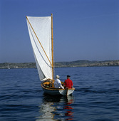 Äldre par i segelbåt