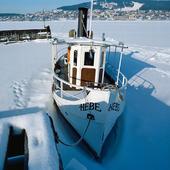 Fastfrusen gammal ångbåt i Storsjön, Jämtland