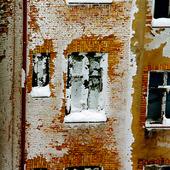 Snö på husfasad