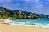 Sandstrand med blått hav