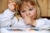 Flicka som målar