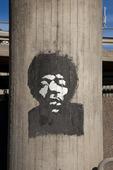 Jimi Hendrix målad på betongpelare