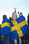 Supporters invirad i Svenska flaggan
