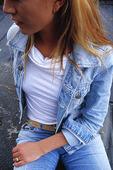 Kvinna i jeanskläder