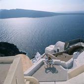 Kvinna på solterass, Grekland