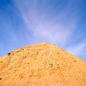 Sandhög mot blå himmel