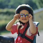 Flicka med cykelhjälm