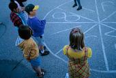 Barn leker på skolgård